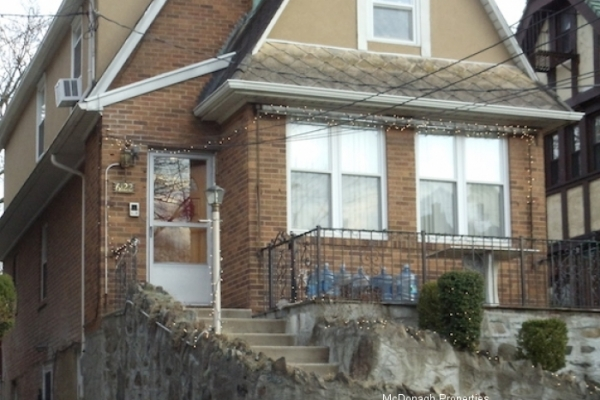 1 FAMILY BRICK DETACHED HOUSE